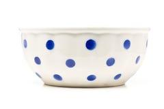 O branco com azul pontilha a bacia cerâmica Imagem de Stock Royalty Free