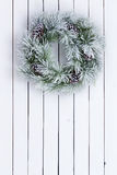 O branco decorativo manchou a grinalda verde do Natal Fotografia de Stock Royalty Free