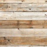 O branco desvanecido velho descorou o fundo da madeira da parede do celeiro imagem de stock