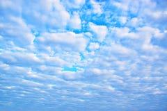 O branco do céu azul nubla-se o fundo 171216 0010 Fotografia de Stock Royalty Free