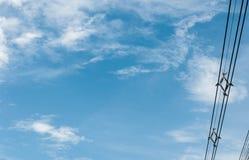 O branco dos azul-céu nubla-se o fio bonde Fotos de Stock