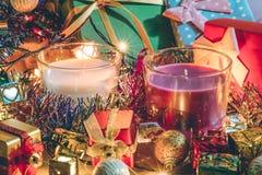 O branco e Violet Candle, o ornamento e o Natal decoram pela noite do Feliz Natal e o ano novo feliz Fotos de Stock Royalty Free