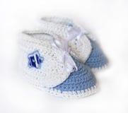 O branco faz crochê montantes do bebê Foto de Stock