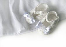 O branco faz crochê montantes do bebê Foto de Stock Royalty Free