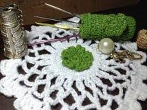 O branco faz crochê o suporte da agulha de crochê do doily foto de stock
