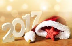 O branco figura 2017 e chapéu de Santa, decorações do Natal Fotografia de Stock Royalty Free