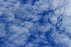 O branco nubla-se nuvens de Cirrocumulus Fotos de Stock Royalty Free