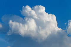 O branco nubla-se o close-up em um céu azul brilhante Fotos de Stock Royalty Free
