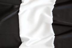 O branco ondulado brilhante de seda bonito e preto Imagens de Stock Royalty Free