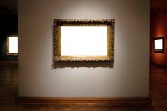 O branco ornamentado de Art Gallery Museum Exhibit Blank das molduras para retrato isolou o trajeto de grampeamento na galeria imagem de stock