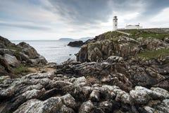 O branco paited o farol, cabeça de Fanad, Irlanda Foto de Stock Royalty Free