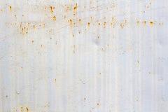 O branco pintou a superfície da folha de metal com traços de corrosão abstraia o fundo fotografia de stock royalty free