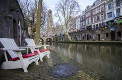 O branco preside a parte dianteira do rio apenas ao lado da água Imagens de Stock Royalty Free