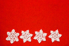 O branco quatro faz crochê flocos de neve em seguido fotos de stock royalty free