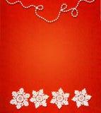 O branco quatro faz crochê flocos de neve em seguido com uma corrente do bea branco fotografia de stock royalty free