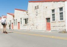 O branco velho resistiu a construções Shelly Beach Road do armazém, Miramar Foto de Stock Royalty Free