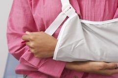 O braço da mulher no estilingue Fotografia de Stock