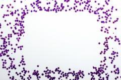 O brilho roxo stars o fundo branco com espaço da cópia fotografia de stock