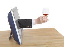 O brinde com vidro de aguardente na mão masculina inclina para fora a tevê Imagens de Stock