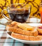 O brinde da manteiga significa o café preto e a bebida foto de stock royalty free
