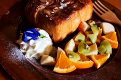 O brinde do mel cobriu com leite condensado com fruto misturado imagem de stock royalty free