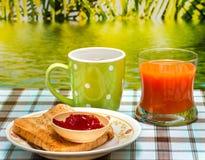 O brinde exterior do café da manhã mostra o tempo e o preto da refeição imagens de stock