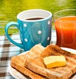 O brinde exterior do café da manhã mostra o tempo da refeição e quebra-o foto de stock