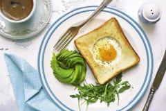 O brinde fritado com enchimento, abacate cor-de-rosa e rúcula do ovo sae da sagacidade Fotos de Stock
