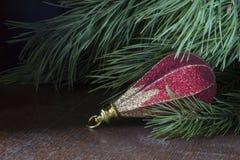 O brinquedo bonito descansa em cima da tabela sob a árvore de abeto Imagem de Stock Royalty Free