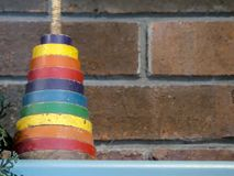 O brinquedo das crianças do vintage contra o fundo do tijolo Variedade da cor imagens de stock
