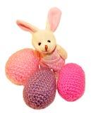 O brinquedo do coelhinho da Páscoa, en isolou o fundo branco, com três ovos Imagem de Stock Royalty Free