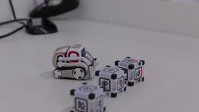 O brinquedo do robô do carregador video estoque