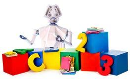 O brinquedo do robô nas rodas e no plástico das crianças brinca imagem de stock