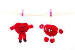 O brinquedo macio prendeu com correias os pregadores de roupa que penduram o coração no dia do ` s do Valentim imagens de stock royalty free