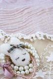 O broche branco gosta da cabeça da lebre com os braceletes cor-de-rosa e brancos no laço cor-de-rosa Foto de Stock Royalty Free