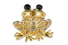 O broche dourado do vintage deu forma como uma rã, com diamantes pequenos e os olhos roxos, isolados no fundo branco, trajeto de  imagens de stock