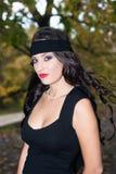 Brunette bonito com um headband preto Fotografia de Stock Royalty Free