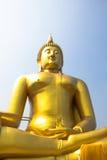 O buddha dourado grande famoso na vista mais próxima no aungthong, Tailândia Foto de Stock Royalty Free