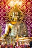 O buddha dourado no templo antigo, Tailândia Fotos de Stock