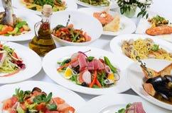 O bufete no restaurante com refeições diferentes fotos de stock