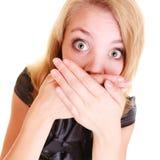 O buisnesswoman receoso da mulher cobre sua boca isolada Imagens de Stock