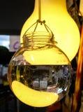 O bulbo deu forma aos recipientes de vidro enchidos com água, pendurando em uma corda na exposição em um passeio urbano foto de stock royalty free