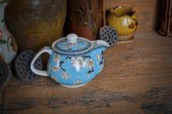 O bule azul bonito e os frascos velhos com lótus frutificam Fotos de Stock
