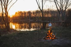 O bule no fogo prepara o chá Por do sol alaranjado imagem de stock