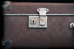 O buraco da fechadura está em uma mala de viagem fechado velha Retro-estilo Fotos de Stock Royalty Free