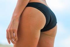 O burro da senhora 'sexy' na praia Imagens de Stock Royalty Free