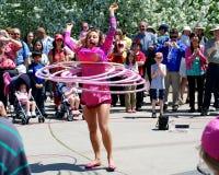 O Busker executa a rotina da aro do hula Fotos de Stock Royalty Free