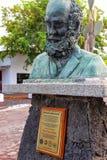 O busto de Charles Darwin no parque nacional de Galápagos sedia o foto de stock royalty free