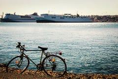 O bycicle do vintage estacionou na praia contra os forros de oceano fotografia de stock