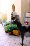 O cão do galgo feito por carcaças do metal é grande da decoração e do vaso de flores Fotos de Stock Royalty Free